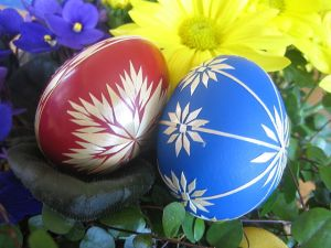 640px-Red_and_blue_Easter_eggs